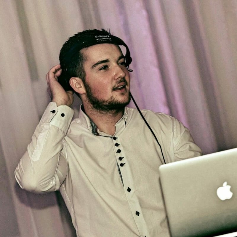 429c3ac24 História mojej dídžejskej cesty siaha až na základnú školu, no v súčasnosti  sa prezentujem ako svadobný DJ. Som konateľom spoločnosti BARILA s.r.o., ...